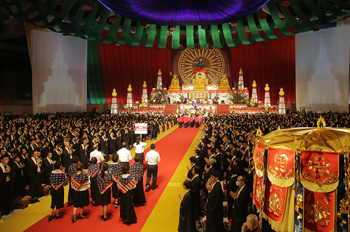 靈鷲山全球弟子聖儀隊伍虔心獻供展現各國特色